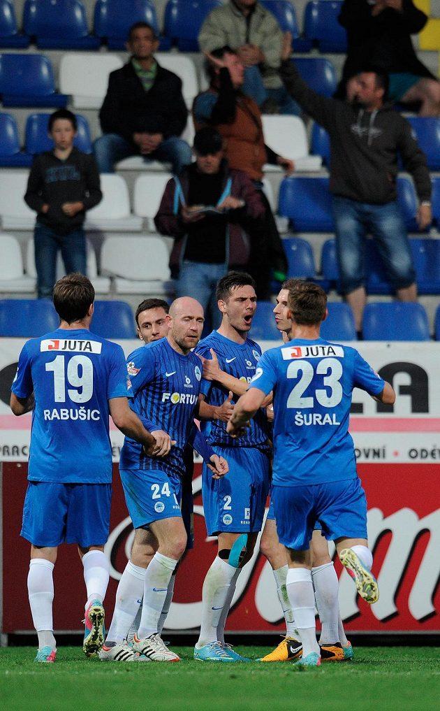 Hráči Liberce se radují z prvního gólu stopera Keliče (2).