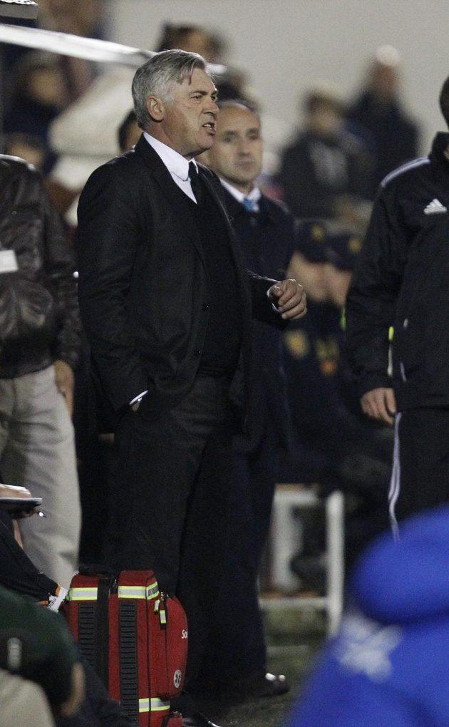 Trenér Bílého baletu Carlo Ancelotti byl s výkonem svých svěřenců nespokojený, vymlouval se však na umělý trávník.