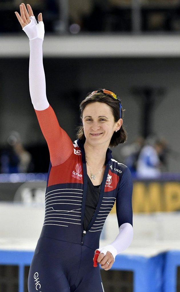 Rychlobruslařka Martina Sáblíková mává divákům po závodě na 3000 metrů v Heerenveenu.