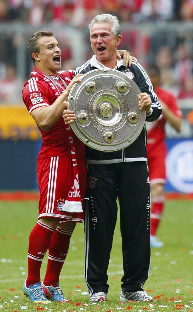 Xherdan Shaqiri (vlevo) a trenér Bayernu Jupp Heynckes slaví bundesligový titul.