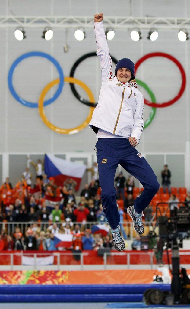 Martina Sáblíková se raduje ze zlaté olympijské medaile.