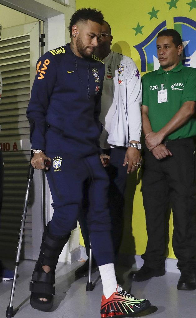 Zraněný Brazilec Neymar po utkání s Katarem.