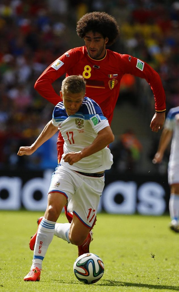 Ruský fotbalista Oleg Šatov uniká belgickému pronásledovateli Fellainimu.