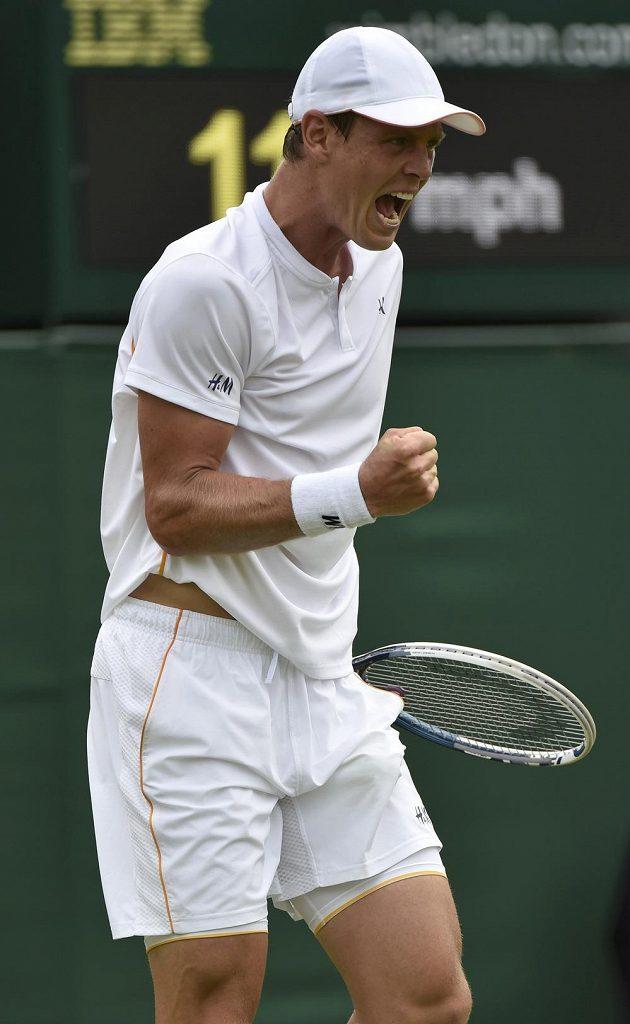 Tomáš Berdych slaví postup do 2. kola Wimbledonu přes Rumuna Victora Hanesca.