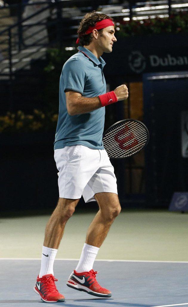 Švýcar Roger Federer porazil Novaka Djokoviče a v Dubaji si zahraje finále proti Tomáši Berdychovi.