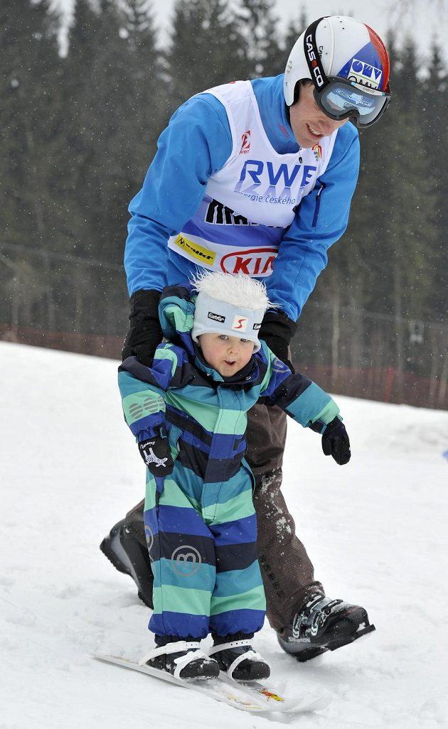 Exhibiční závod v obřím slalomu v Harrachově. Úspěšný skokan na lyžích Jan Matura se synem Matějem.