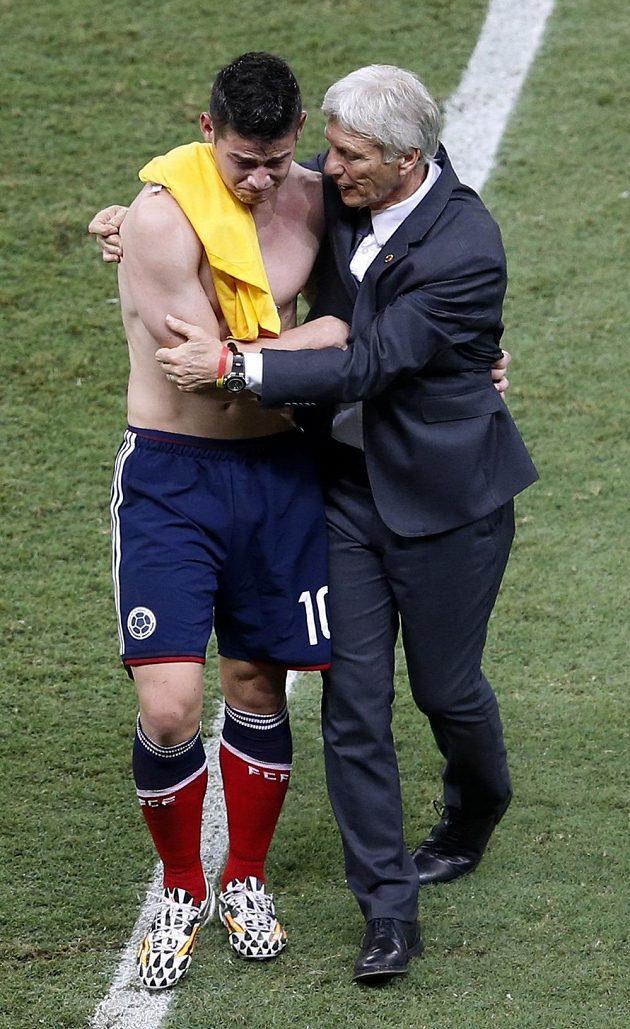 Kolumbijský trenér Jose Pekerman a střelec James Rodríguez po vyřazení od Brazilců.
