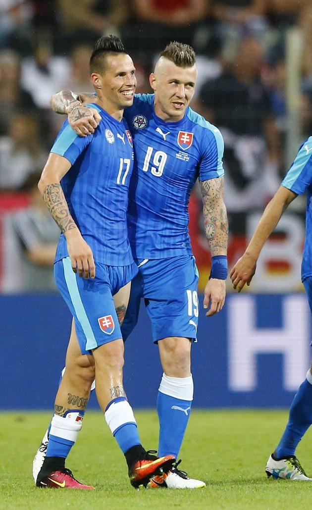Slovenští reprezentanti Marek Hamšík (vlevo) a Juraj Kucka po gólu proti Němcům.