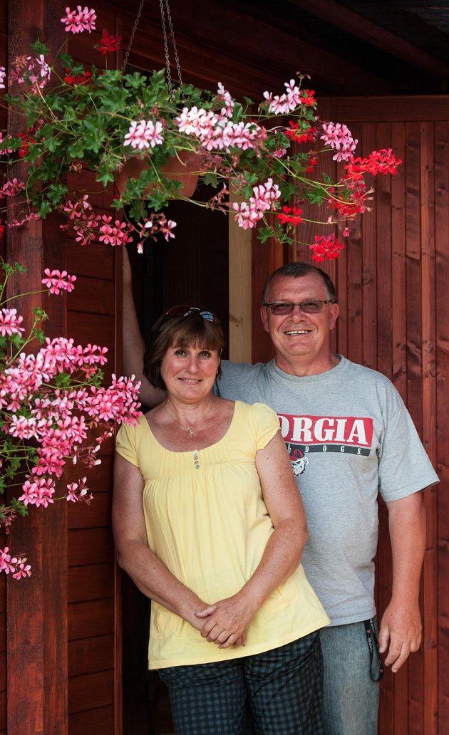 Rodiče atletky Zuzany Hejnové, Pavel a Alena Hejnovi, na chalupě v Osečné na Liberecku.