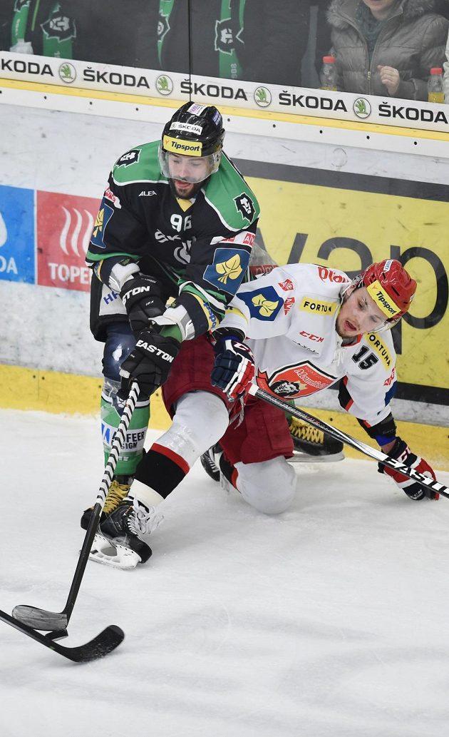 Zdeněk Čáp z Hradce Králové v souboji s Richardem Jarůškem z Mladé Boleslavi v utkání 47. kola Tipsport extraligy.
