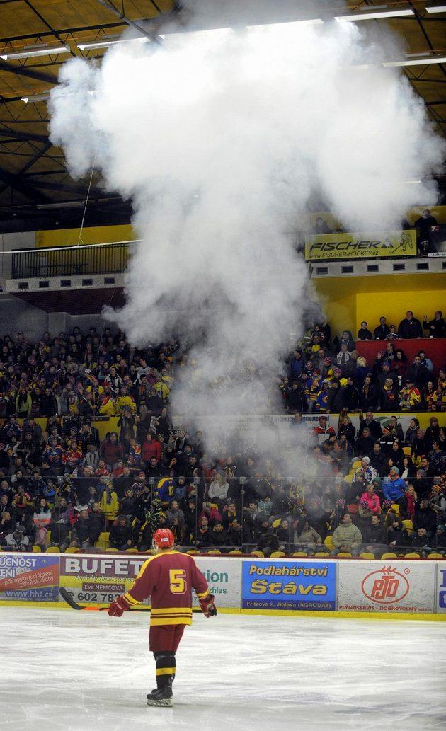 Vhozená světlice na ledovou plochu hned po zahájení zápasu Jihlava - Budějovice přerušila hru.