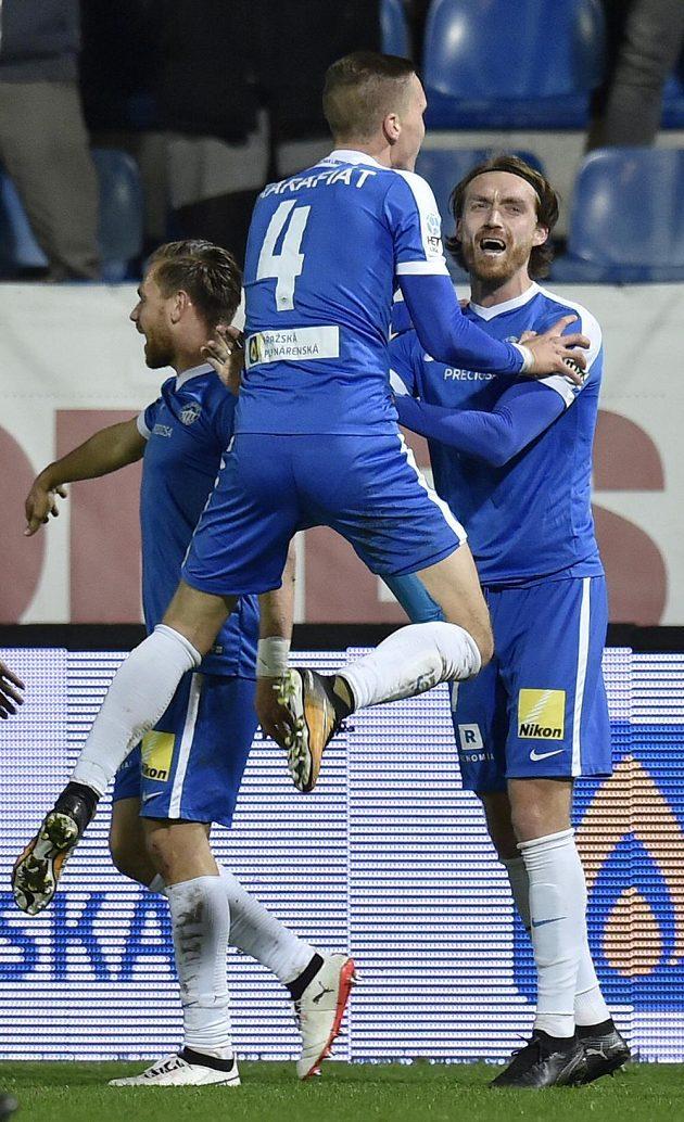 Milan Kerbr (vpravo) oslavuje se spoluhráči z Liberce svůj hattrick.