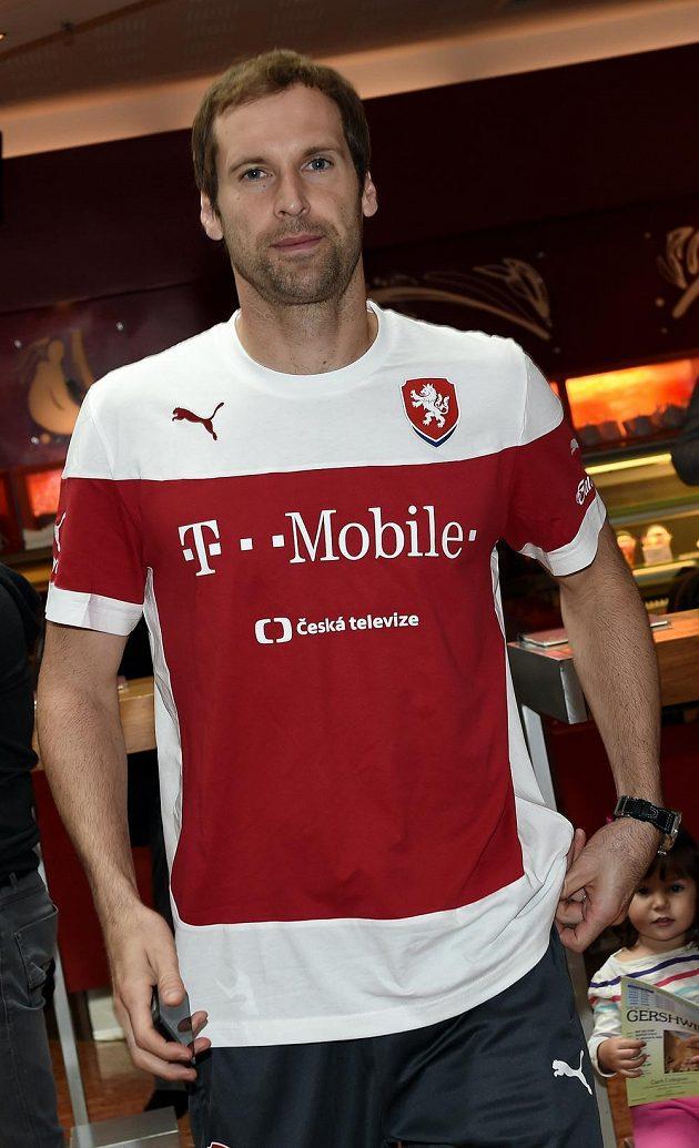 Brankář české fotbalové reprezentace Petr Čech přichází na srazu národního týmu.
