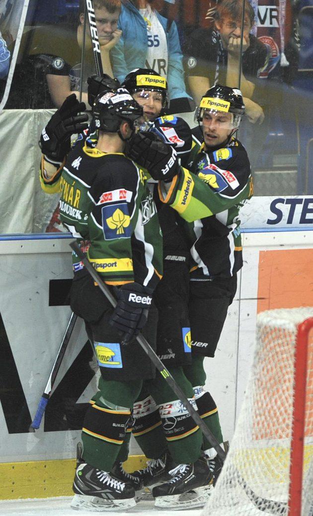 Karlovarští hokejisté se těší z gólu proti Vítkovicím, který vsítil Tomáš Micka (uprostřed).