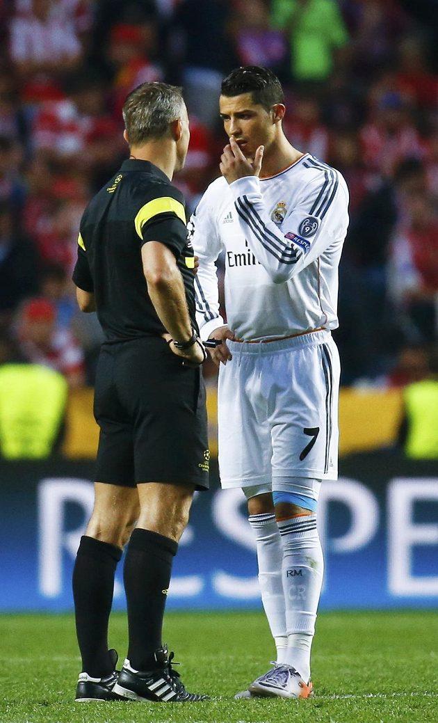 Cristiano Ronaldo z Realu při debatě s rozhodčím Bjoernem Kuipersem při finále LM.