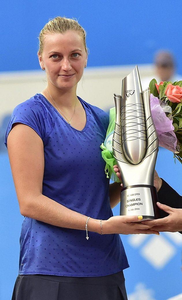 Petra Kvitová s trofejí pro vítězku premiérového ročníku turnaje v čínském Wu-chanu.