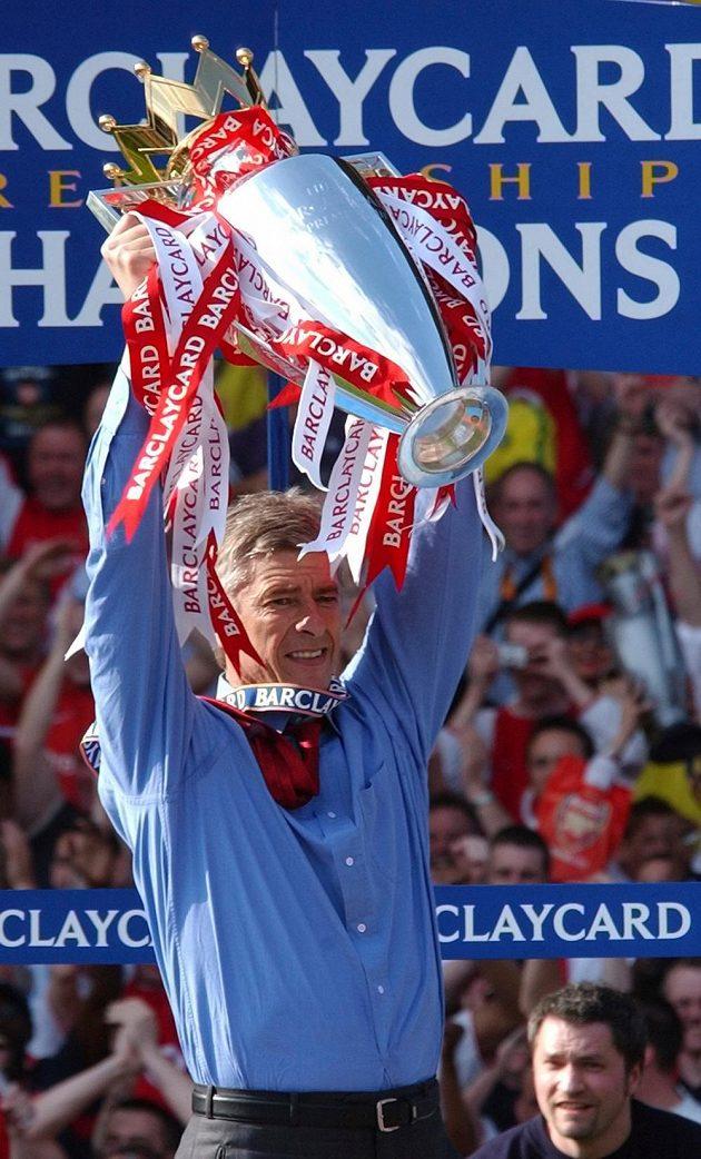 Kouč Arsenalu Arséne Wenger s trofejí pro vítěze Premier League za sezónu 2003/2004.