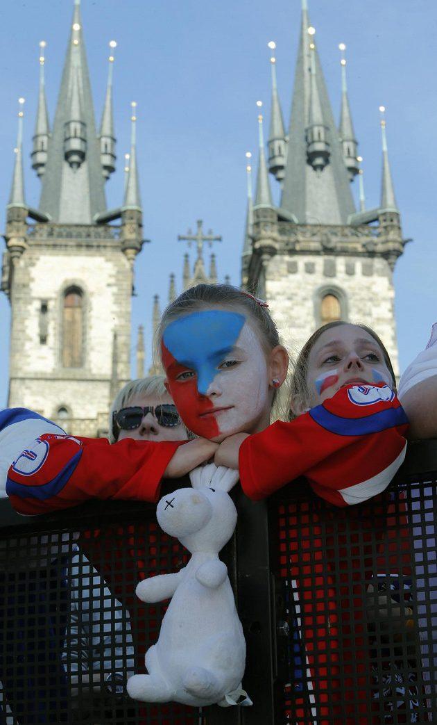 Smutní fanoušci na Staroměstském náměstí.