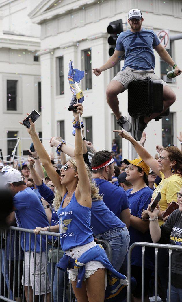 Každý chtěl při hokejové slávě v St. Louis mít co nejlepší výhled. Fanoušek klidně vylezl na semafor.