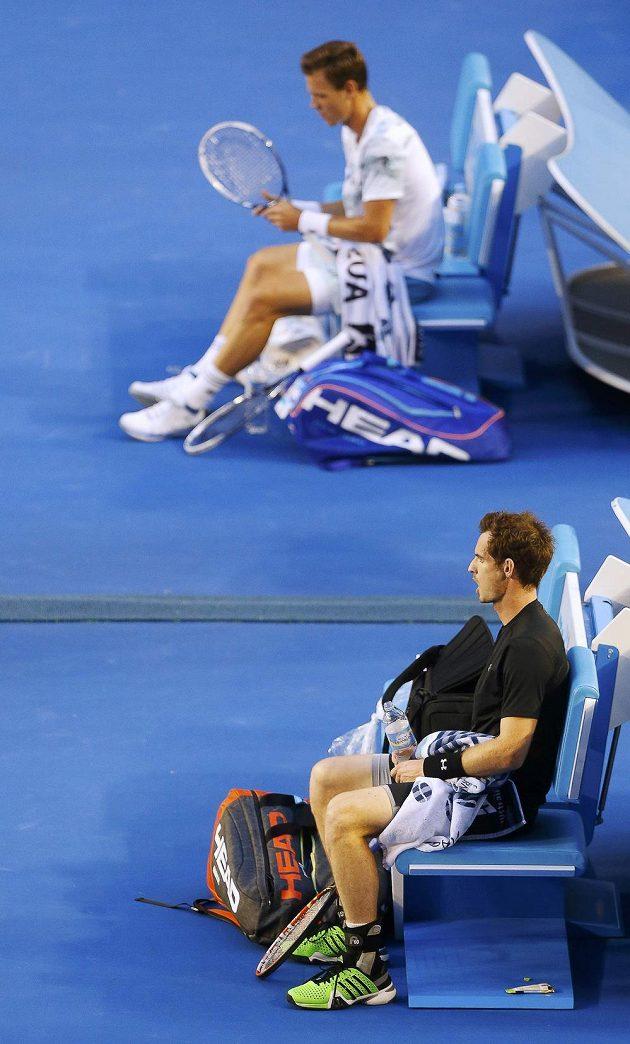 Amdy Murray (dole) a Tomáš Berdych během výměny stran při semifinále Australian Open.