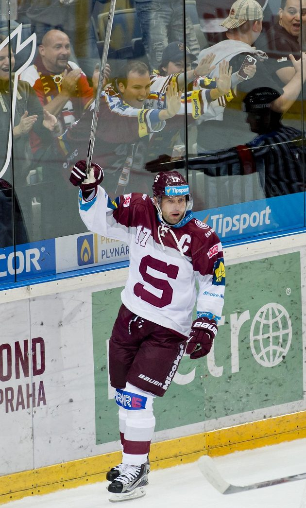 Sparťanský kapitán Jaroslav Hlinka oslavuje vstřelený gól v utkání 1. kola extraligy proti Olomouci.