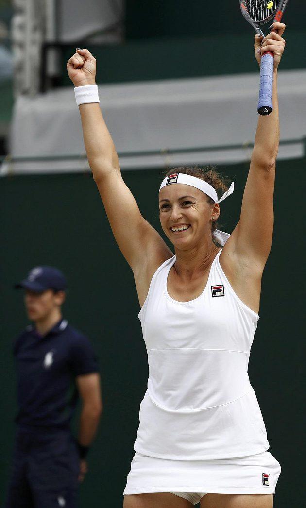 Jaroslava Švedovová z Kazachstánu slaví postup do čtvrtfinále Wimbledonu.