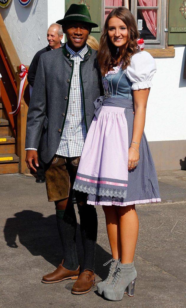 Fotografům zapózoval na Oktoberfestu i David Alaba z Bayernu Mnichov po boku přítelkyně Katji Butylinové.