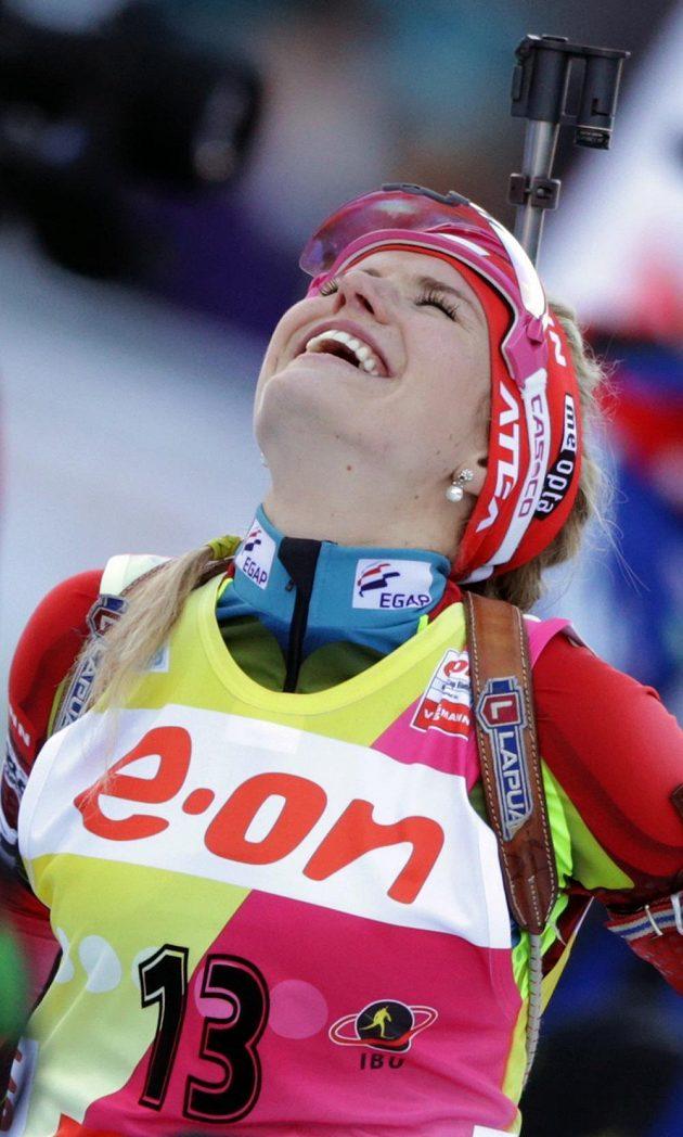 Nadšená biatlonistka Gabriela Soukalová se raduje ze svého osmého vítězství ve Světovém poháru.
