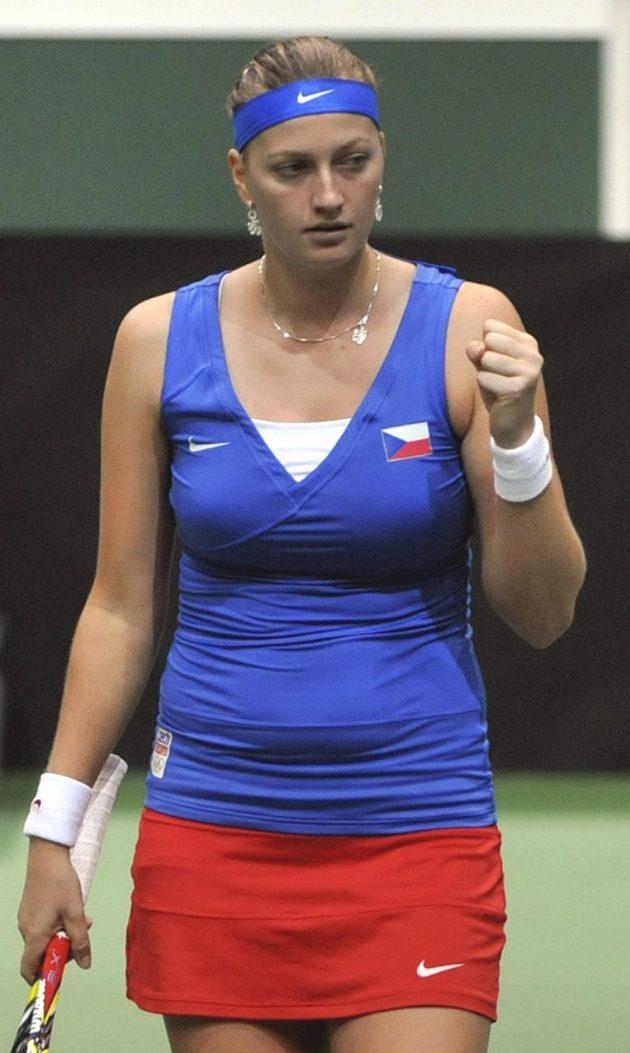Petra Kvitová se hecuje v utkání se Samanthou Stosurovou z Austrálie.