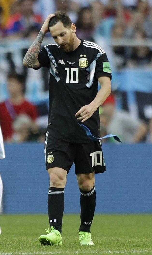 Zklamaný Lionel Messi z Argentiny opouští trávník stadiónu moskevského Spartaku po remíze 1:1 s Islandem.