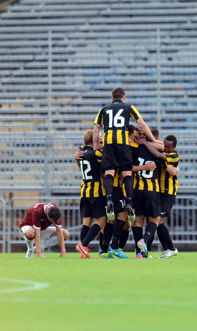 Fotbalisté Häckenu se radují z gólu do sparťanské sítě.