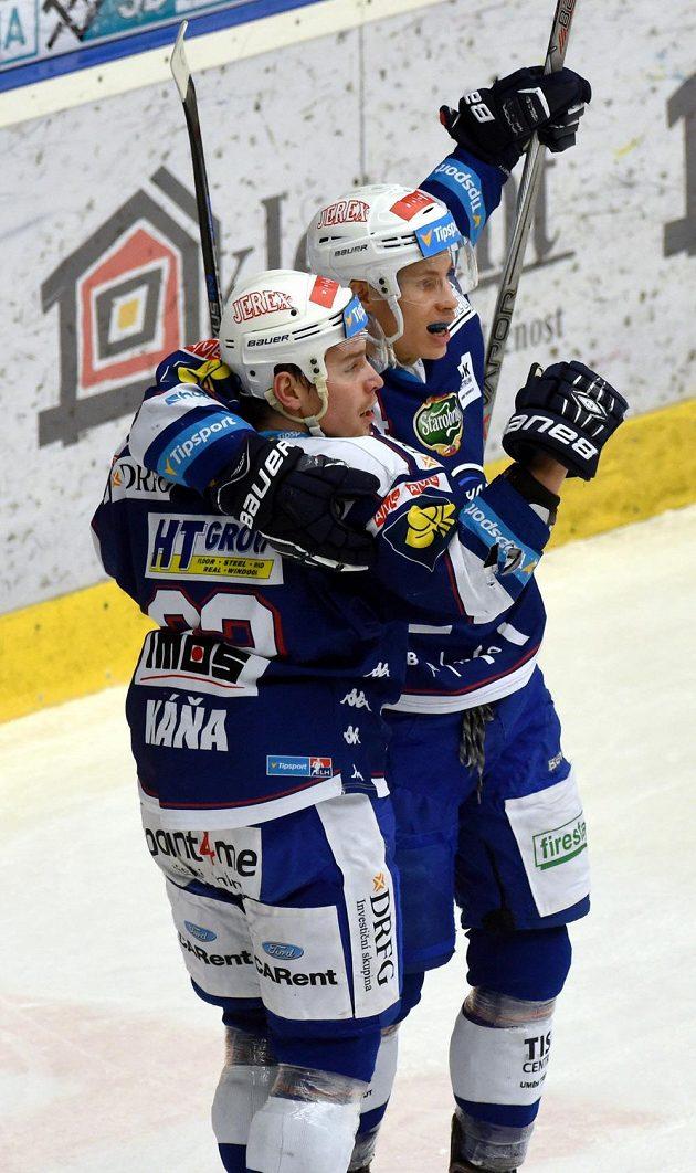Útočníci Komety Jan Káňa (vlevo) a Petr Mrázek se radují z gólu na ledě Chomutova.
