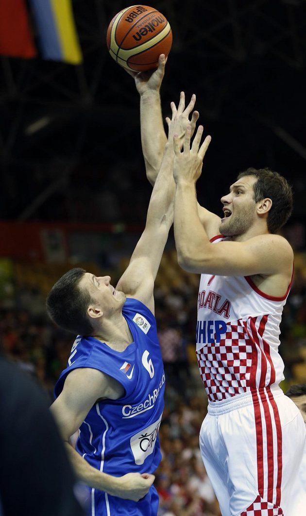 Pavel Pumprla (vlevo) se snaží zabránit ve skórování Bojanovi Bogdanovičovi z Chorvatska.