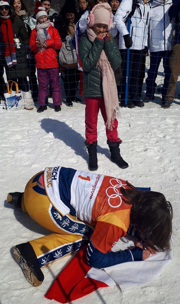 Eva Samková podepisuje Gábině vlajku, kterou jí malá fanynka půjčila na bronzové oslavy.