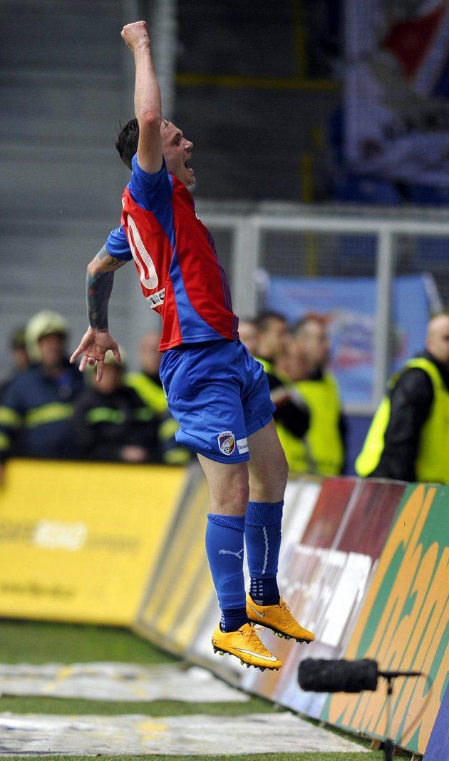 Střelec Ondřej Vaněk se raduje z druhého plzeňského gólu proti Baníku Ostrava.