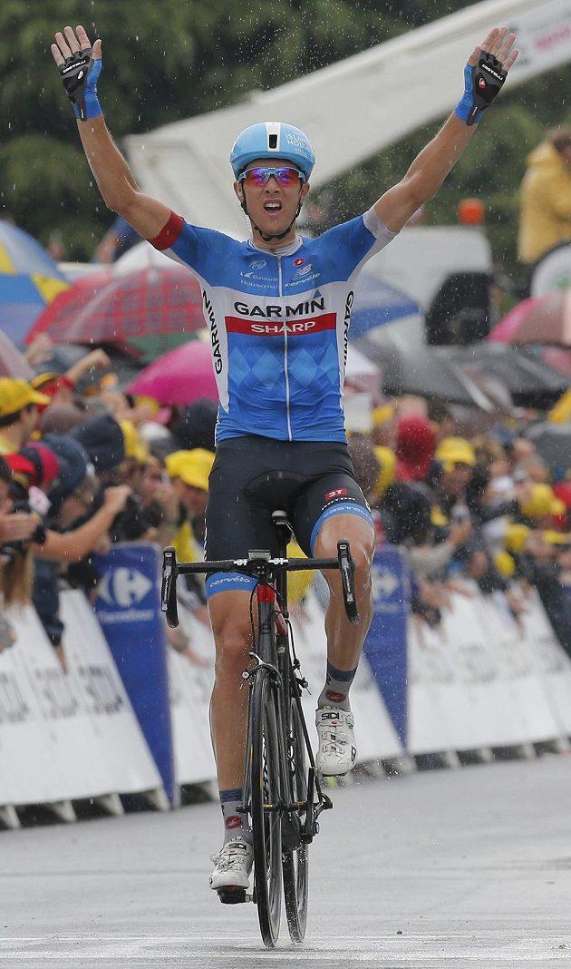Litevský cyklista Ramunas Navardauskas se raduje z triumfu v 19. etapě Tour de France.