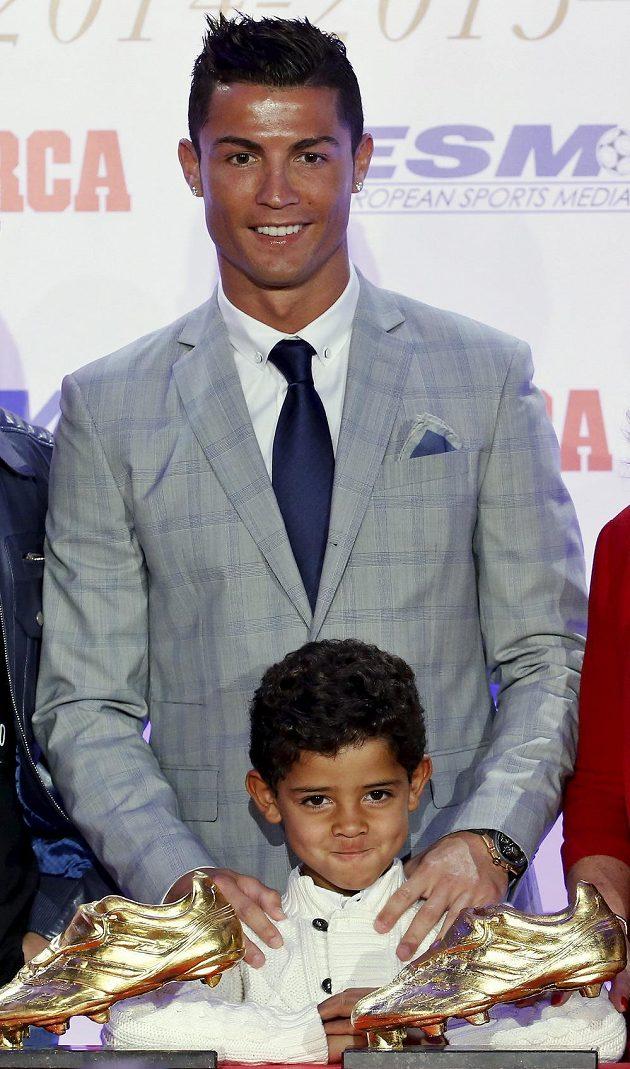 Cristiano Ronaldo z Realu Madrid se synem během ceremoniálu, při němž dostal Zlatou kopačku.