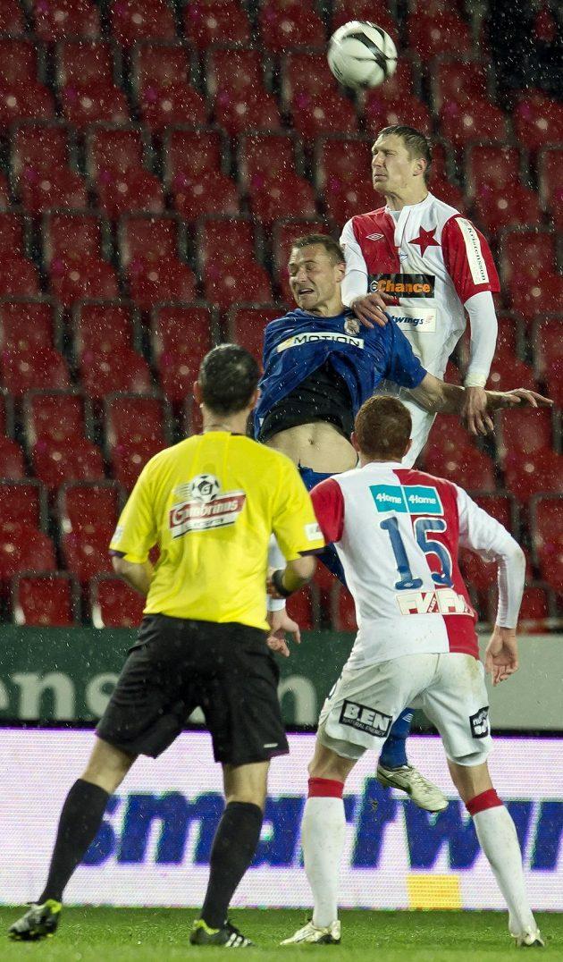 Milan Škoda (nahoře vpravo) z pražské Slavie v hlavičkovém souboji s brněnským útočníkem Karlem Kroupou. Přihlíží záložník červenobílých Marcel Gecov (dole vpravo).