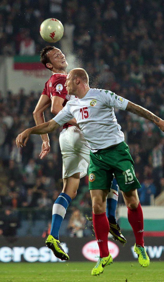 Útočník Libor Kozák hlavičkuje míč před Bulharem Ivanem Ivanovem.