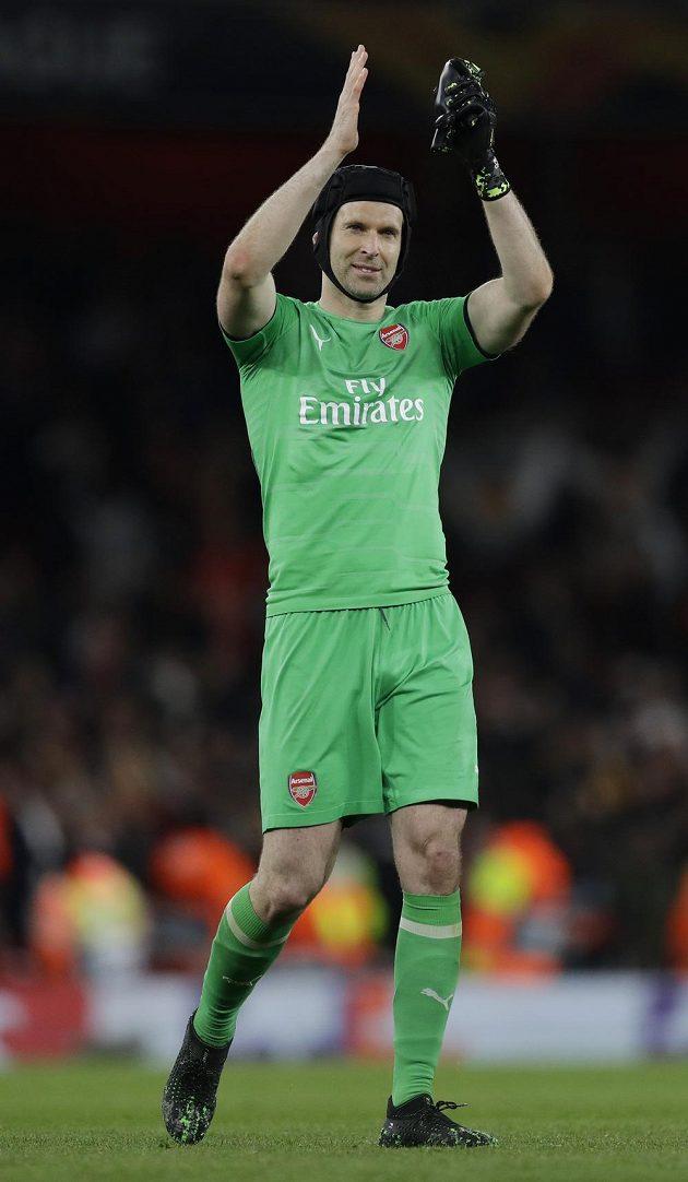 Petr Čech děkuje fanouškům Arsenalu za podporu po vítězném utkání s Valencií.