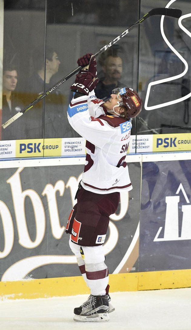 Ze svého prvního extraligového gólu se raduje útočník Sparty Jiří Smejkal.