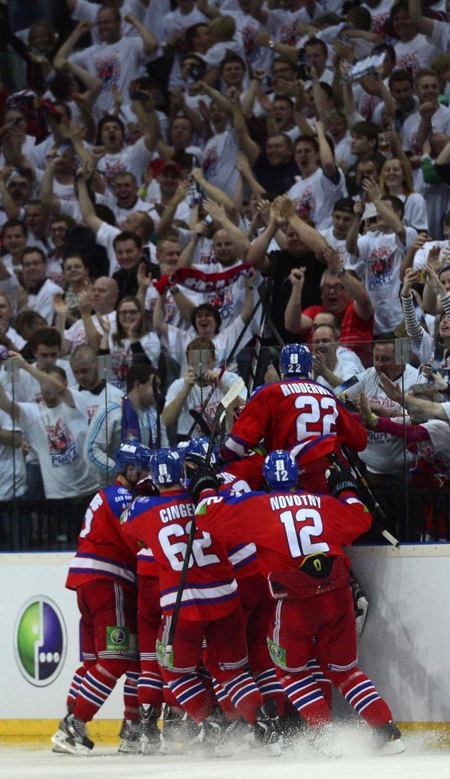 Rozhodnuto! Hokejisté Lva se radují z vítězství v prodloužení.