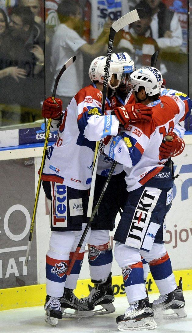 Pardubičtí hokejisté se radují z gólu proti Hradci Králové.