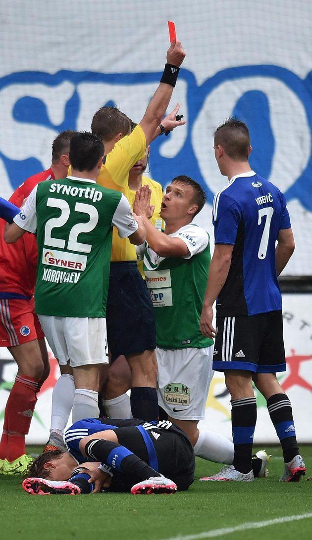Hlavní rozhodčí Mattias Gestranius z Finska ukazuje červenou kartu jabloneckému útočníkovi Stanislavovi Teclovi (druhý zprava).