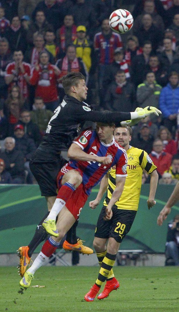 Brankář Dortmundu Mitchell Langerak takto sestřelil útočníka Bayernu Roberta Lewandowského.