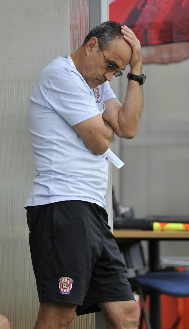 Zachmuřený trenér Brna Václav Kotal během zápasu s Jabloncem.