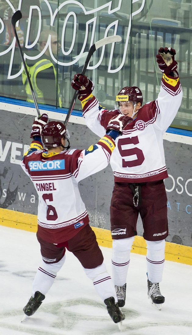 Útočník Sparty Daniel Přibyl (vpravo) se raduje z gólu se svým spoluhráčem Lukášem Cingelem.