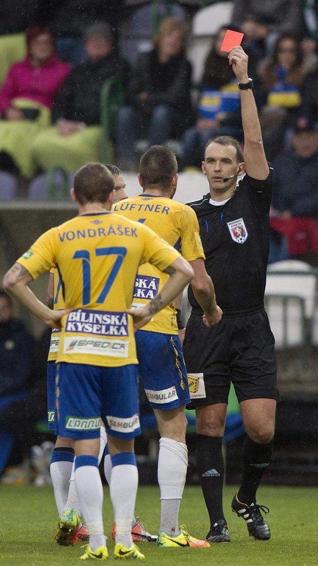 Sudí Julínek uděluje Michaelovi Lüftnerovi z Teplic červenou kartu.