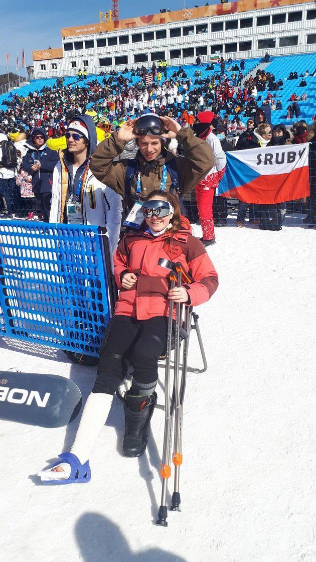 Zraněná snowboardkrosařka Vendula Hopjáková v cílovém prostoru.