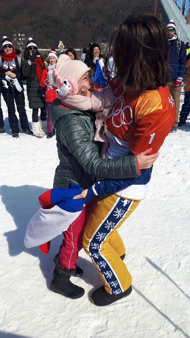 Eva Samková s fanynkou Gábinou, díky níž mohla slavit bronz s českou vlajkou.